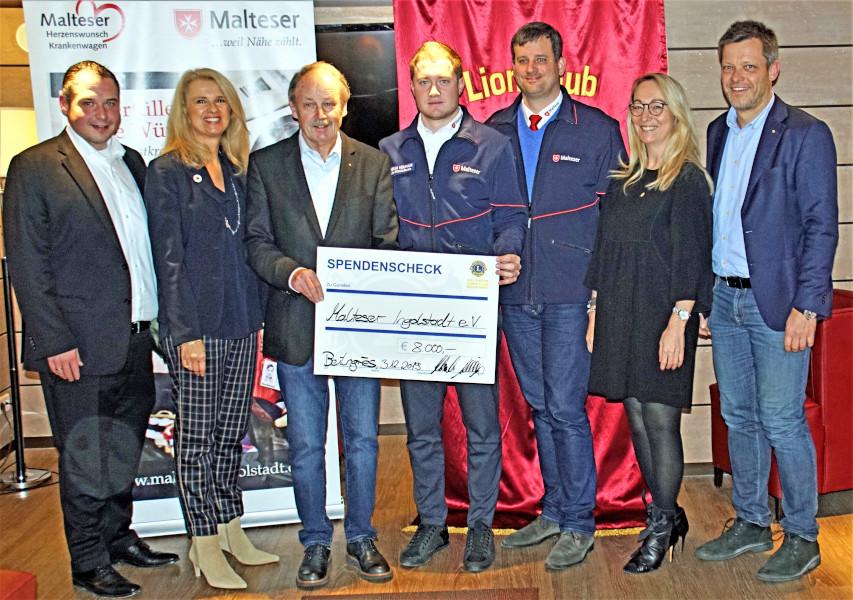 Spendencheck in Höhe von 8.000 Euro
