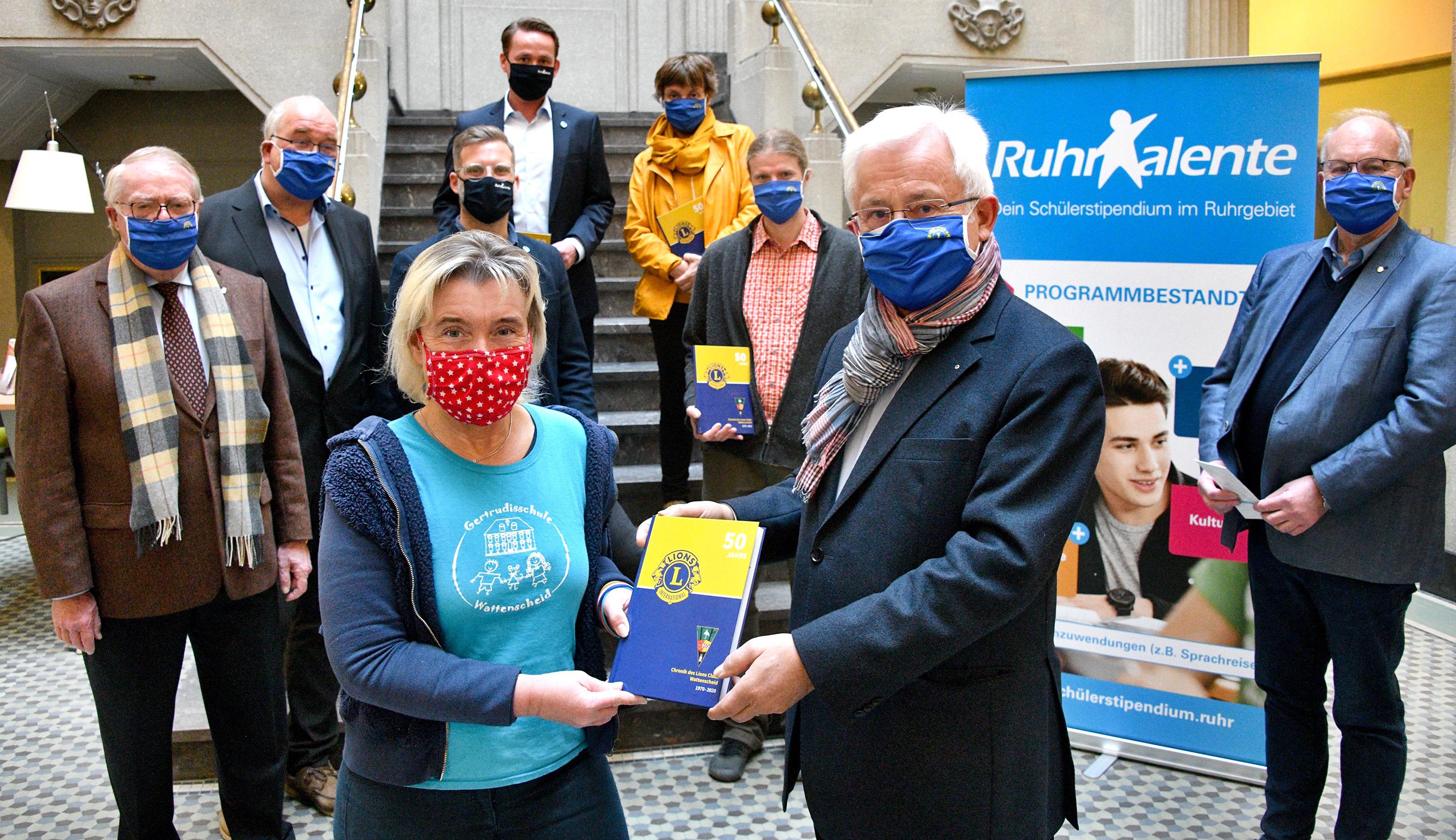 Auf dem Foto ganz links mit Schal: Autor Wulf Mämpel.