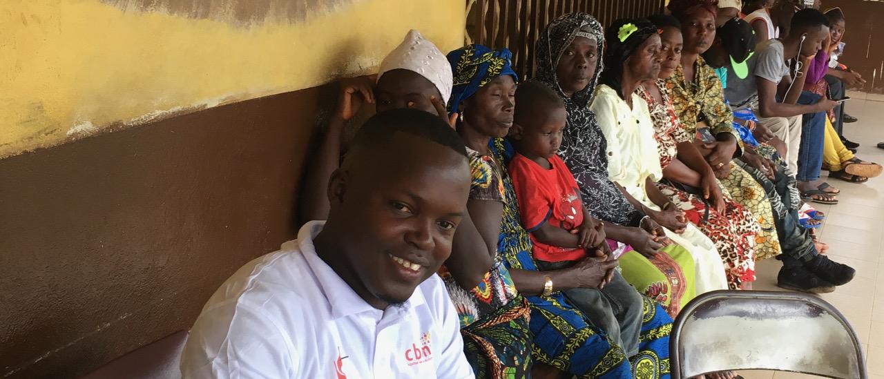 Mehrere Personen warten vor der Augenklinik in Freetown Sierra Leone