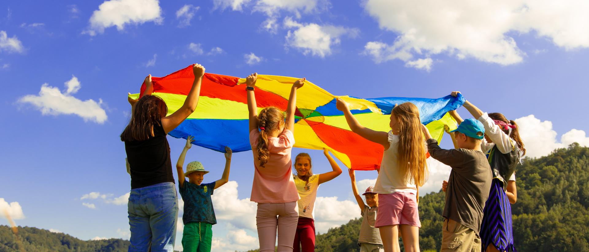 Kinder mit buntem Stoff
